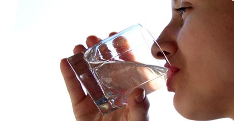 acqua donna che beve